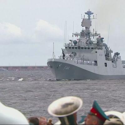 Pietarissa juhlittiin Venäjän laivastoa paraatilla