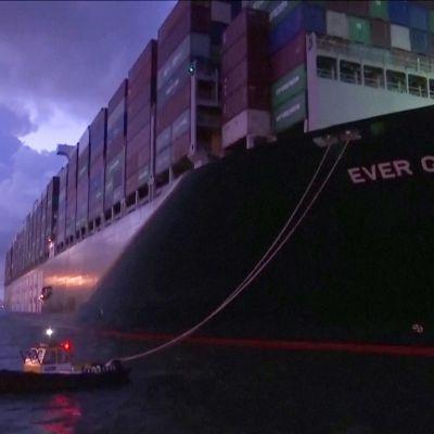 Suezin kanavan tukkinut konttialus Ever Given saapui perille Rotterdamiin