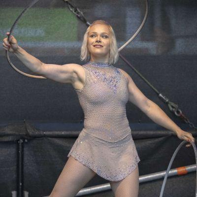 Veera Kaijanen esiintyy Cirko Stagella heinäkuussa 2021