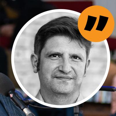 En kommentarsbild på Svenska Yles journalist Gustaf Antell med Alar Karis i bakgrunden.
