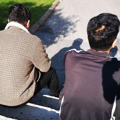 afganistanilaiset Morteza ja Nematullah istuvat portailla Kemissä