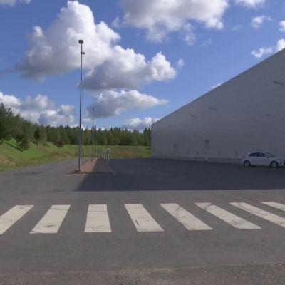 Mopomiittien jättämät jäljet hirvittävät myymäläpäällikköä aamuisin. Paulus Markkula / Yle