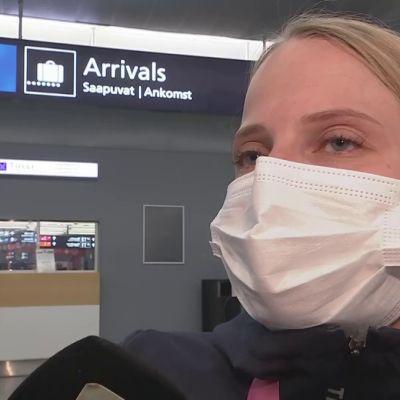 Ratakelaaja Amanda Kotaja saapui Suomeen Tokiosta hopeamitalin kanssa.