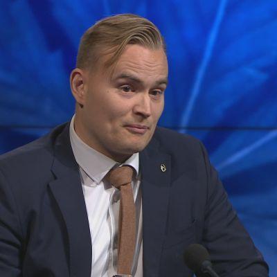 Vihreiden varapuheenjohtaja Atte Harjanne A-studiossa.