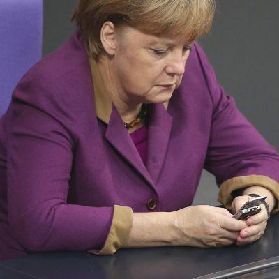 Angela Merkel kännykän kanssa