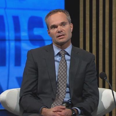 Kansanedustaja Kai Mykkänen (kok.) A-studiossa.