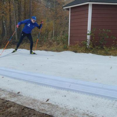 Valmentaja Olli Ohtonen hiihtää Vuokatissa niin sanotulla älyladulla, joka on samanlaista materiaalia, jota käytetään esimerkiksi hyppyrimäissä.