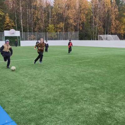 Kontinjoen lapset ovat odottaneet pitkään, että pääsevät pelaamaan uudessa liikuntapaikassa.