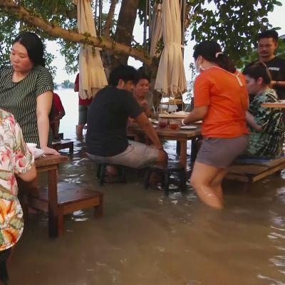 Tulvan alla oleva ravintola menestyy Bangkokissa