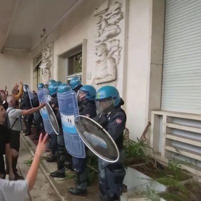 """Tuhannet protestoivat """"vihreää passia"""" vastaan Italiassa"""