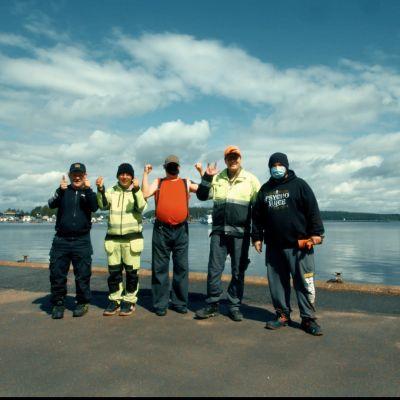 Imatralla Rempparyhmä tekee monenlaisia töitä työnohjaajan johdolla.