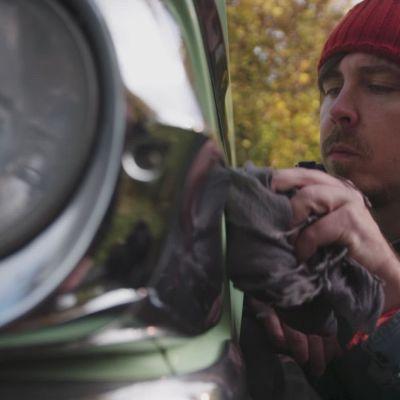 Toimittaja Tuukka Pasanen tuunaa vanhaa autoa