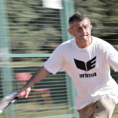 Män med tennisbollar