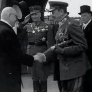 J.K. Paasikivi ja Carl Gustaf Mannerheim kättelemässä vuonna 1947.
