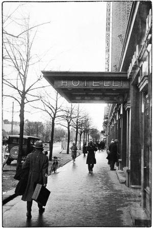 Mies kävelee Karjala-talon edessä 1930-luvulla.