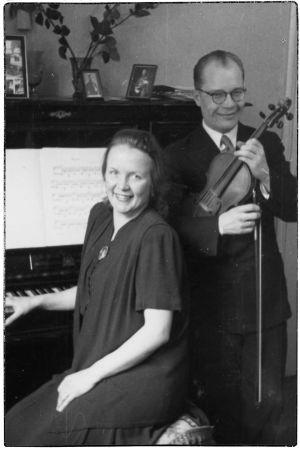 Pariskunta pianisti Aune Hyökki ja viulisti Anton Hyökki 1944.