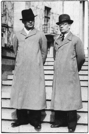 Anton Hyökki ja viulistiystävä Viipurin Taidemuseon portailla noin 1937.