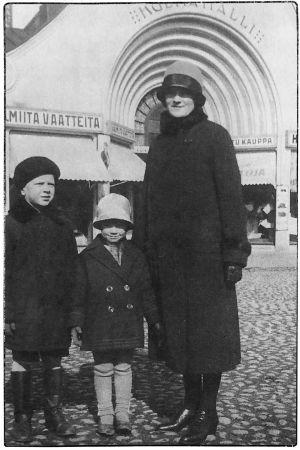 Felix Krohnin perhe, puoliso Meri ja lapset Juhana ja Kyllikki Viipurin kauppatorilla 1925.