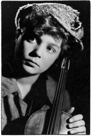 Viulisti Heimo Haitto 13-vuotiaana elokuvassa Pikku pelimanni.