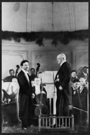 Boris Sirpo ja Jean Sibelius ja Viipurin Musiikkiopiston orkesteri huhtikuussa 1923.