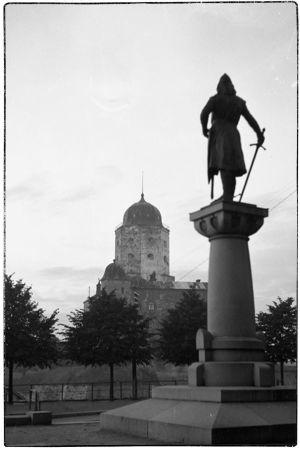 Torkkeli Knuutinpojan patsas ja Viipurin linna.