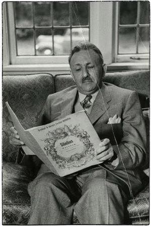 Boris Sirpo lukee Sibeliuksen Kevätlaulun partituuria, Portland USA 12. elokuuta 1954.