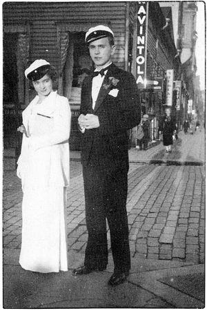 Ylioppilaat Elsa Portano ja Kalevi Tilli 1938 Viipurissa Torkkelinkadun ja Kurjenkadun kulmassa.
