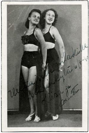 Postikorttikuvassa näyttelijä Liisa Tuomi ja tuntemattomaksi jäänyt Marita 1940.