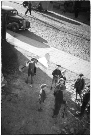 Poikia Kannaksenkadun pihalla kesällä 1939.