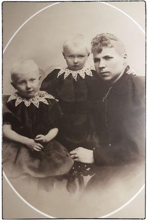 Leskirouva Anna Ollberg tytärtensä Ellenin ja Gretan kanssa noin vuonna 1894.
