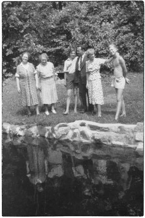Heimo Haitto ja Boris Sirpo sekä perheenjäseniä ja vieraita Perkjärvellä 1930-luvun lopulla.
