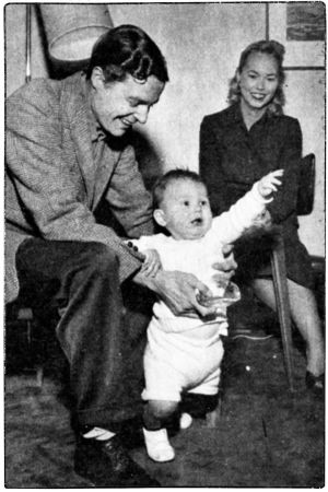 Viulutaiteilija Heimo Haitto Suomen-vierailulla 1955 yhdessä vaimonsa, sellisti Beverly Le Beckin ja pienen poikansa Nickin kanssa.