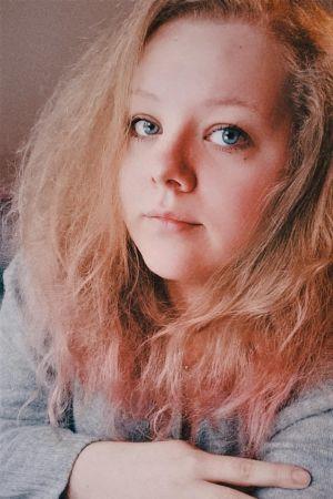 Ung kvinna med blont hår.