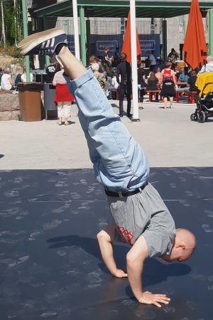 bild av ung breakdancer som står på händerna