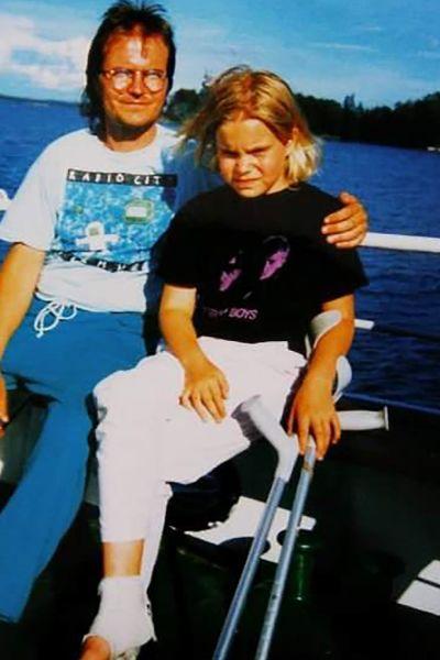 Nuori Hanna Nikkanen isänsä kanssa, Hannalla omatekoinen Pet Shop Boys -paita