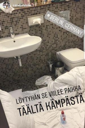 Bild på Sara Kuivistos sovplats i WC:n i Berlin.