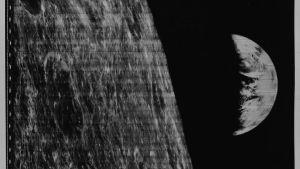 Kaikkien aikojen ensimmäinen kuva Maasta, joka tulee esiin Kuun takaa.