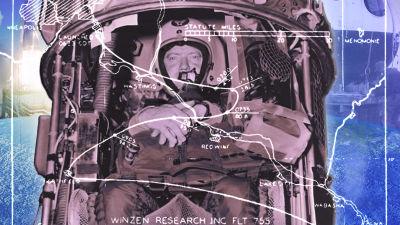 Kuvassa ihminen valmistautuu lentoon kapselissa.