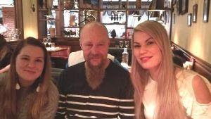 Isä ja tyttäret ravintolassa