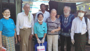 Vappu ja Ilkka Taipale Myanmarissa ihmisten keskellä.