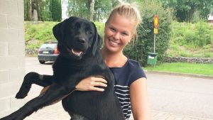 Anna-Karin Åkers med sin hund Nalah.