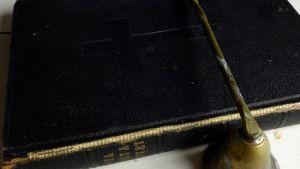 en svart bibel