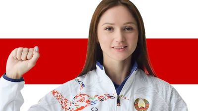 Aliaksandra Herasimenia framför Belarus flagg med knuten näve i luften.