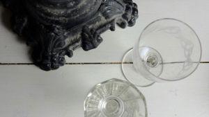 gamla vinglas vid en svart ljusstake
