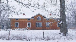 Gult trähus på vintern
