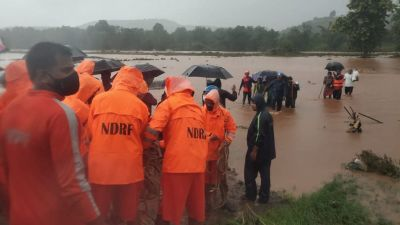 Räddningsarbetare försöker ta sig fram till isolerade byar i Chiplun-distriktet i Maharashtra.