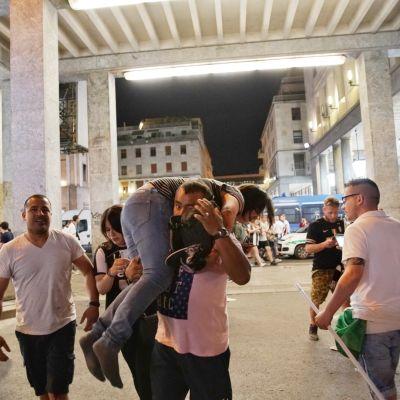 Folk flyr i Turin.