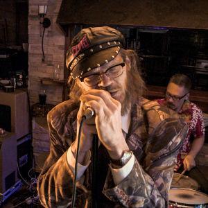 Pekka Myllykoski laulaa