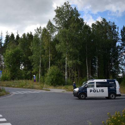 Polisen har spärrat av området.