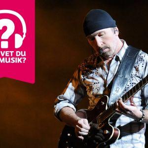 The Edge spelar elgitarr.